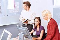 Geschäftsleute Geschäftsfrau Geschäftsmann Computer Besprechung Meeting