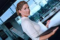 Geschäftsfrau Dokument Ordner Aktenordner Unterlagen durchsehen Porträt