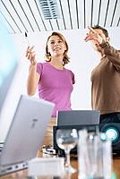 Geschäftsfrau Geschäftsmann Projektor Beamer Videobeamer Vortrag