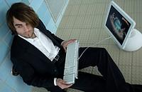 Junger Mann mit Computer im Schwimmbad   Young Man with Computer in Baths  