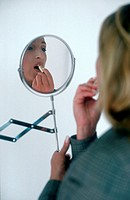 Frau vor Spiegel | Woman in front of Mirror |  fully-released