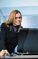 Businesswoman working on laptop (thumbnail)
