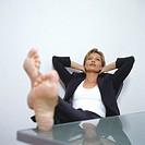 Frau mit nackten Fuessen auf dem Tisch | Bare-Footed Woman |   | fully-released