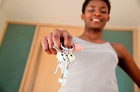 Woman holding bunch of keys (thumbnail)