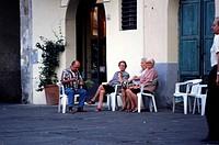 Geo., Italien, Menschen, alte Leute vor Häusern sitzend und redend, Lucca, Toskana,  platz siesta