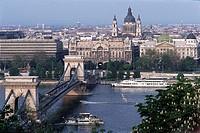Geo., Ungarn, Budapest, Ansichten / Überblicke, Blick vom Burgberg aus auf die Kettenbrücke,  brücke fluß donau älteste donaubrücke schiff donauschiff...