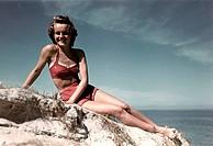 Badewesen hist.- Bademode, Frau im Bikini am Strand, ca. 40er/50er Jahre   badeanzug