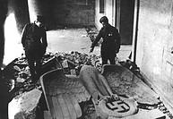 Ereignisse hist.- 2. Weltkrieg, Deutschland 1945,  Berlin, sowjetische Soldaten mit gestürztem  Reichsadler in der Reichskanzlei   Kriegsende, ende Dr...