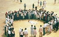 Film, ´Chronik eins angekündigten Todes´ (Cronaca di una morte annunciata), I/F 1986, Regie Francesco Rosi, Szene mit NIPs,  tote in kreis von mensche...