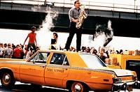 Film,´Joan Lui - Eines Tages werde ich kommen und es wird Montag sein´, I 1986, Regie: Adriano Celentano, Szene mit: NIP  auf auto stehend, yellow cab...