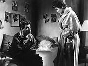 Film ´Gefährdete Mädchen´ BRD 1957, Regie: Wolfgang Glück, Szene mit Heinz Drache und Sigrid Marquardt  paar, mann auf bett sitzend, hand stützt kinn,...