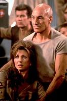 Film, ´Star Trek - Der Aufstand´ (Star Trek - Insurrection), USA 1998, Regie: Jonathan Frakes, Szene mit: Patrick Stewart & NIPs, dreckig dreck schmut...