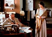 Film, ´The Winslow Boy´, USA 1999, Regie David Mamet, Szene mit Rebecca Pidgeon & Nigel Hawthorne,  buch lesend, an schreibtisch sitzend, redend, büro...