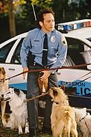 Film, ´Animal - Das Tier im Manne´, USA 2001, Regie Luke Greenfield, Szene mit Rob Schneider,   komödie, uniform, polizist, hunde an der leine, hund, ...
