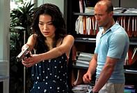 Film: ´The Transporter´, F/USA 2002, Regie: Louis Leterrier, Corey Yuen, Szene mit Shu Qi, Jason Statham   halbfigur mann frau mit waffe üben übend sc...