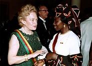 c. Lübke, Heinrich, 14.10.1894 - 6.4.1972 dt. Politiker, Bundespräsident 1959 - 1969 Besuch i.Kamerun, Ehefrau Wilhelmine mit Frau Foncha, 2.3.1966 St...