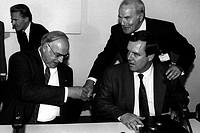 Kohl, Helmut  * 3.4.1930, dt. Politiker (CDU), Bundeskanzler seit 1982, mit Verteidigungsminister Volker Rühe und Alfred Dregger, 90er Jahre hand reic...