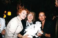 Netzle, Toni  * 25.3.1930, deut. Gastwirtin, Aufnahme mit Elisabeth Volkmann und Andrea Rau zu ihrem Abschied aus der Gastronomie 1992,  90er jahre, g...