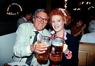 Leipnitz, Harald  22.4.1926 - 21.11.2000, dt. Schauspieler, Brustbild, mit Elisabeth Volkmann auf dem Oktoberfest München, 90er Jahre leipniz, bier, m...