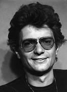 Horton, Peter , *19.9.1941, tschech.  Sänger, Musiker, Portrait 1977   brille, lächelnd,