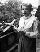 Beinhorn, Elly * 30.5.1907, dt. Fliegerin, mit Modell  eines Flugzeug, Elly Beinhorn unternahm ab Ende  20er Jahre und in den 30er Jahren, als 1.Frau ...