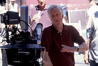 Apted, Michael, *10.2.1941, brit. Regisseur, Aufnahme während der Dreharbeiten zum Film ´Genug!´ (Enough), 2002,  halbfigur,