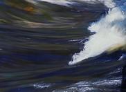 Strömmande vatten med reflex av himlen