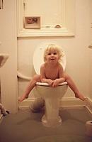 Nackig auf der Toilette
