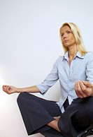Blonde Frau im Schneidersitz meditiert - Entspannung , Blonde Woman in Tailor Seat meditating - Recreation ,  fully-released