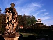 Diesbar-Seußlitz, Schloß/Blick auf ein Weinberghaus