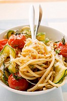 Spaghetti with cherry tomatoes and courgettes (thumbnail)