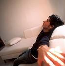 uomo sul divano