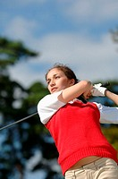 Young woman playing golf (thumbnail)