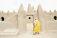 Western Africa, Mali, Sennissa, man entering mosque, rear view