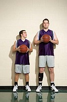 Tall and short basketball players (thumbnail)