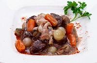 Dados de Buey Braseados a la Antigua (Carne de Buey, Manita de Cerdo, Bouquet aromaticos: Apio, Perejil, Tomillo, Mirepoix de verduras: Cebolla, Puerr...