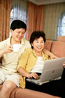 Couple using laptop (thumbnail)