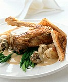 Chicken leg with mushrooms, green beans and toast