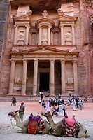 Camels and tourists in front of the Khasneh (´Treasury´) at Petra. Jordan