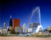 Buckingham fountain, Grant park, Chicago skyline, Illinois, USA