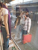 Friends, middle age,  Window-shoppings  Women, two, 40-50 years, whole bodies, cheerfully, indicates, shows, shopping, shoppen, Shopping, shopping spr...