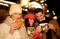 Christmas market, women, man, Winter clothing, mulled wine, drinks, cheerfully, evening,  Series, 30-40 years, friends, friendship, three people, cups...