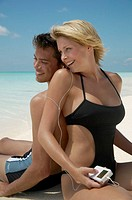 Sandy beach, couple, Badekleidung, Suns, headphones, music hear,   Series, 20-30 years, young, falls in love, beach, sitting, backs at backs, I-Pod, i...