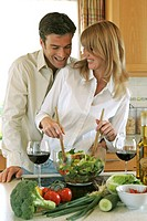 Kitchen, couple, cheerfully, salad, prepares,  Wine glasses, Halbporträt,   Series, 30-40 years, partnership, relationship, marriage, fun, pleasantry,...