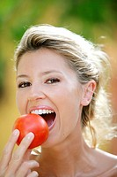 Woman, smiling, tomato, eat,  Portrait,   Series, women portrait, 20-30 years, 27 years, young, blond, gaze camera, cheerfully, happily, radiation, at...