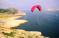 France, Bouches-du-Rhône (13), Marseille, paragliding above Callelonge Rocky inlets