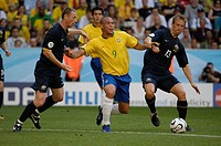 Sport, football, world championships, Brazil versus Australia, 2:0, Munich, 18 6 2006, from left to right, Graig Moore, Ronaldo, Vince Grella, backgro...