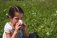 Girls, meadow, nose, sit cleans, series, people, 5-10 years, child, tissue, schnäuzen, symbol, summer-flu, Allergikerin, allergy, hay fever, pollen-fl...