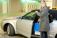 Park-garage, woman, young, tote bags, car, get on, series, people, 20-30 years blond, long-haired leisure time Lifestyle shopping center, shopping cen...