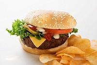 Cheeseburger with potato crisps